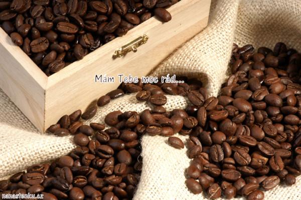 kavove zrna v drevene krabici na jutovem podkladu 720